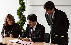 Foto (Universität Paderborn, Johannes Pauly): Von links: Prof. Dr. Caren Sureth-Sloane, Dekanin der Fakultät für Wirtschaftswissenschaften, mit den Vizepräsidenten der Universität Oita Prof. Dr. Junichi Kadota und Prof. Dr. Norio Shimoda.