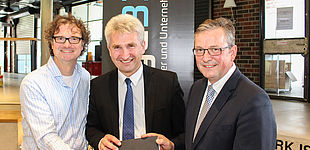 Foto (Universität Paderborn, Johannes Pauly): (v. l.) Prof. Dr. Rüdiger Kabst, Prof. Dr. Andreas Pinkwart und Bürgermeister Michael Dreier.
