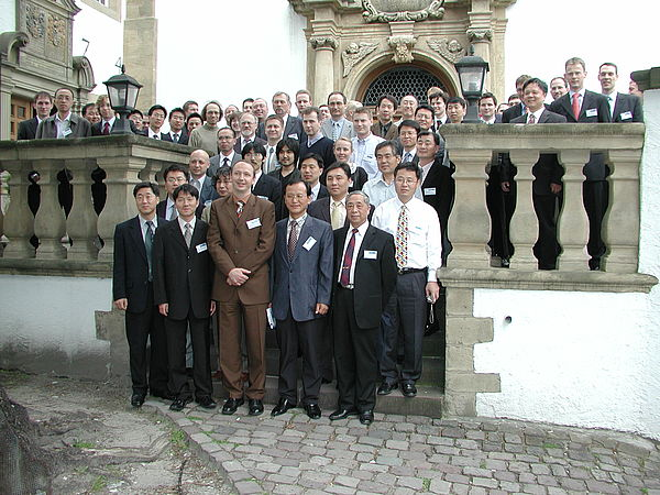 Foto: Teilnehmer des 2nd International Workshop on Piezoelectric Materials and their Applications in Actuators vor dem Liborianum mit den Tagungsleitern Dr. Seok-Yin Yoon (Korean Institute of Science and Technology) und Prof. Dr.-Ing. Jörg Wallaschek (He