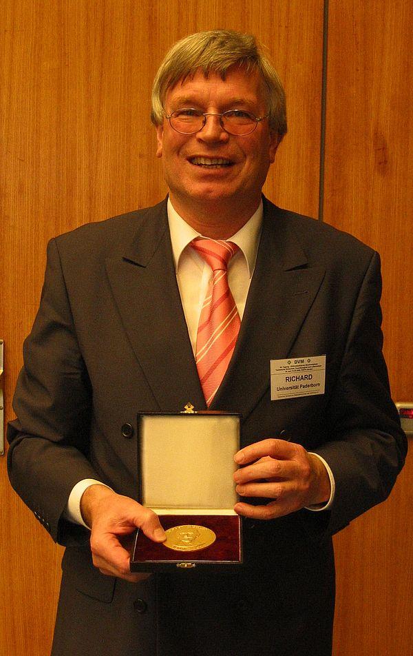 Foto: Prof. Dr. Hans Albert Richard ausgezeichnet mit August-Wöhler-Medaille des DVM