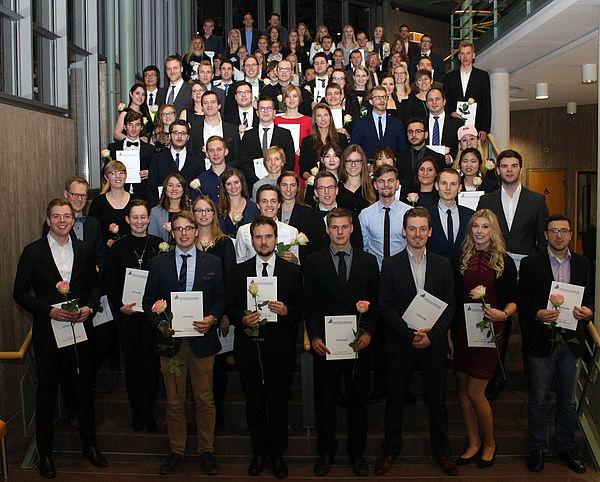 Foto (Universität Paderborn, Heiko Appelbaum): Die Absolventinnen und Absolventen der Fakultät für Naturwissenschaften aus dem Prüfungsjahr 2017