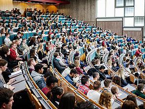 Foto (Universität Paderborn, Johannes Pauly): Erstsemesterbegrüßung zum Sommersemester 2018 im Auditorium maximum der Universität Paderborn.