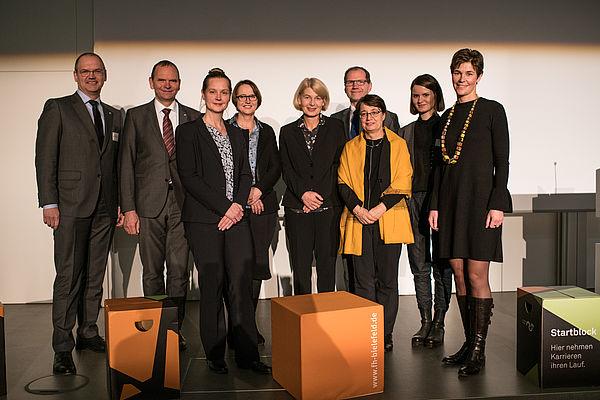 Foto (Stiftung Studienfonds OWL): Stiftungsvorstand, Gastredner und Studienfonds-Geschäftsführerin
