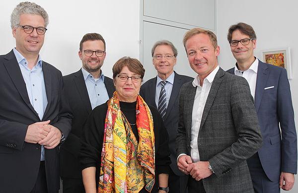 Foto (Universität Paderborn): Dr. Stefan Nacke, Raphael Tigges, Prof. Dr. Birgitt Riegraf, Christoph Schön, Daniel Sieveke und Prof. Dr. René Fahr.