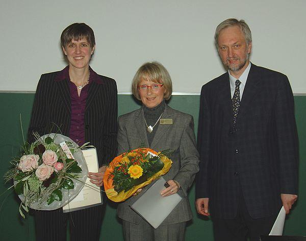 "Foto (Martin Decking): Freuen sich über den ersten ""Zonta Club Paderborn Award"" (v. l.): Dr. Kathrin Padberg, Bärbel Meerkötter, Prof. Dr. Wilhelm Schäfer."