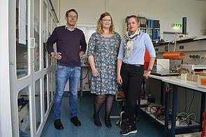 Foto (Westfalen-Kolleg Paderborn): v. l. Dr. Udo Schelb (Physiklehrer am Westfalen-Kolleg) und die Studierenden Katharina Waldeyer und Ellen Reetz.