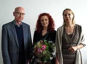 """Foto (Universität Paderborn, Bianca Oldekamp): Dr. Mirna Zeman erhält den Forschungspreis 2014 für das Projekt """"Kulturelle Zyklographie der Dinge. Objektzirkulation und (Selbst)Biographien von Artefakten"""", das sie zusammen mit Dr. Christoph Neubert"""