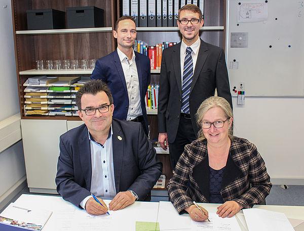 Foto (Universität Paderborn, Johannes Pauly): Vertragsunterzeichnung für ein dreijähriges Habilitations-Stipendium