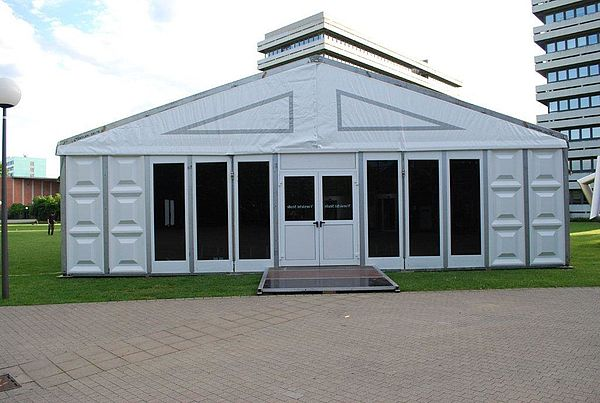 Foto (Universität Paderborn): Schaffen neuen Raum: Vier Zelte dieser Art wird die Universität Paderborn ab dem Wintersemester 2010/2011 auf der Rasenfläche in der Nähe des Audimax aufstellen. Sie schaffen neue Raumkapazitäten und sind voll ausgestatt