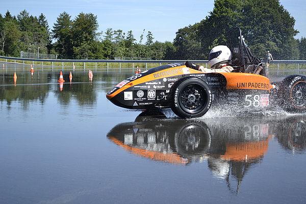 Foto (UPBracing Team e. V.):Der Rennwagen PX213 wird auf der künstlich bewässerten Dynamikfläche des Bilster Berg getestet.