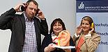 Foto (Universität Paderborn, Heiko Appelbaum): Laden zum Tag gegen den Lärm in die Universität Paderborn (v. l.): Martin Hohrath, Sylvia Moore und Diana Riedel.