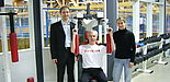 Foto: Als interessierter Sportler informierte sich Paul Neugebauer bei der Sportwissenschaftlerin Karin Schmalfeld von der Bewegungs- und Trainingswissenschaft der Universität Paderborn und Ralf Pahlsmeier vom Ahorn-Sportpark über den neuen Beratungsser