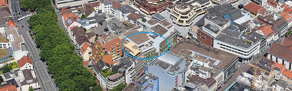 Mitten im Zentrum der Stadt (und in der Mitte des Fotos) liegt der AStA-Stadtcampus. Das Highlight ist die große Dachterrasse mit Blick auf Stadt und Universität.
