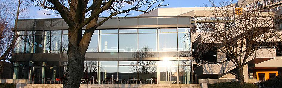 Die großen Fenster der Mensa lassen nicht nur viel Licht rein, sondern ermöglichen ebenso einen schönen Blick auf den Campus.