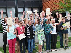Foto: Die FFP-Schülerinnen und Schüler und die Lehramtsstudierenden nach Überreichung der Urkunden für ihre engagierte Mitarbeit im Projekt.