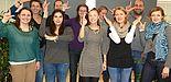"""Foto (Silvia Sporkmann): Claudia Decker (Koordinatorin des Netzwerks, hinten links), Mostapha Boukllouâ (Landeskoordinator der Netzwerke mit Zuwanderungsgeschichte NRW, hinten rechts) und die Mitglieder sind stolz auf zwei Jahre Studierendennetzwerk """"L"""