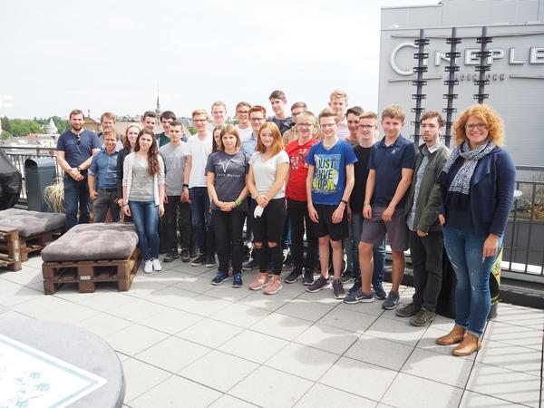 Die zufriedenen Teilnehmer*innen der Sommerschule und Lisa-Marie Brixius (1. v. r.) vom Sponsor dSPACE