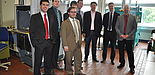 Foto (Universität Paderborn, Christiane Bernert, KTP): Auf Einladung von Dr. Martin Schäfers (Mitte hinten) trafen sich Oberingenieure des Wissenschaftlichen Arbeitskreises Kunststofftechnik, WAK, in Paderborn. Gemeinsam besichtigten die Ingenieure die