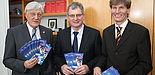 Foto (Universität Paderborn, Patrick Kleibold): (v. l.) Bürgermeister Heinz Paus, Dr. Kurt Beiersdörfer, Geschäftsführer des HNF, und Uni-Präsident Prof. Dr. Nikolaus Risch informierten die Medien am 23. Februar 2011 bei einer Pressekonferenz über