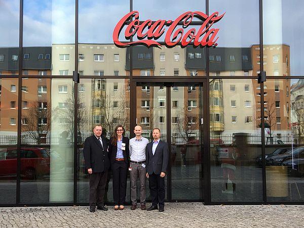 Fachtagung bei Coca-Cola in Berlin (Foto: Rosenthal). Von rechts nach links: die Coca-Cola IT-Netzmanager und -Architekten Torsten Coumans und Anatoli Bogajewski, Prof. Dr. Dr. h.c. mult. Klaus Rosenthal und Friederike Röper aus der Fakultät für Wirtsc
