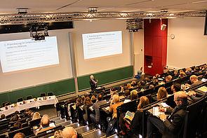 """Foto (Universität Paderborn, Johannes Pauly): Wege bereiten – Lehre gestalten: Prof. Dr. Wilfried Müller in seiner Keynote: """"Zwischen Bildungsansprüchen, Berufsqualifizierung und Employability: Akteure auf dem Campus ratlos?"""""""