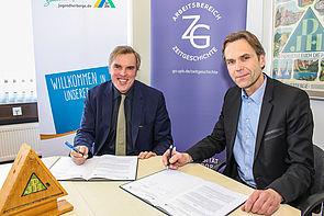 Foto (Universität Paderborn, Johannes Pauly): Bernd Dohn (l.) und Prof. Dr. Peter Fäßler unterzeichnen den Kooperationsvertrag über 100.000 Euro.