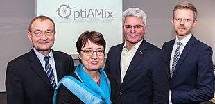 Foto (Universität Paderborn, Johannes Pauly): Prof. Dr.-Ing. Rainer Koch, Prof. Dr. Birgit Riegraf, Stefan Scherr und Rinje Brandis, beide Krause DiMaTec.