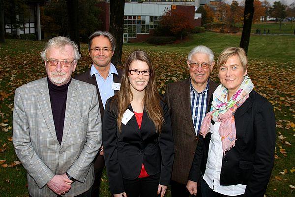 Foto (Universität Paderborn, Patrick Kleibold): Vorstand und Geschäftsführung von Alumni Paderborn gratulieren der Emeriti-Preis-Stipendiatin 2012 Larissa Kahrau (3. v. l.) im Namen der Professorinnen und Professoren, die das Stipendium finanziert habe