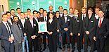 """Foto (Westfalen Weser Energie): Der Energy Award für besondere Leistungen einer Projektgruppe ging an eine Projektgruppe der Universität Paderborn, die eine umfassende Broschüre zum Thema """"Thermografie"""" entwickelt hat: Vorn u. a. Dr. Dirk Prior, de"""