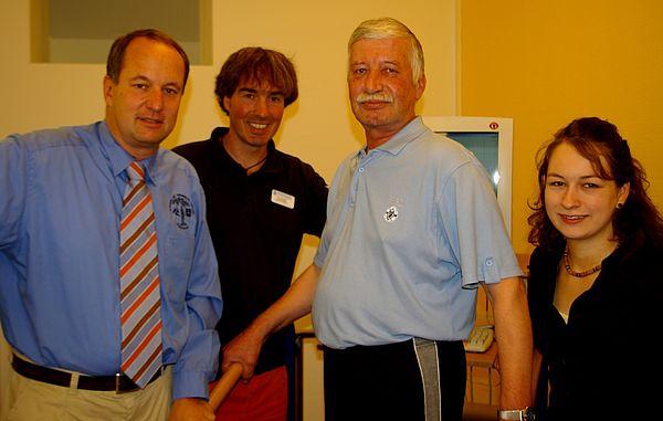 Foto (Brüderkrankenhaus): von links: Prof. Dr. Norbert Lindner, Dr. Thorsten Bartels, Orthopädischer Patient Sergej Bragin, Studienleiterin Franziska Siche