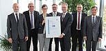 Foto (Phoenix Contact): Zertifikats-Übergabe durch den TÜV Süd an die Phoenix Contact-Geschäftsführung.