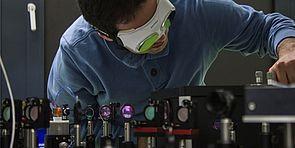Foto (Universität Paderborn): Forschung an Einzelphotonen für zukünftige Kommunikationstechnologien.