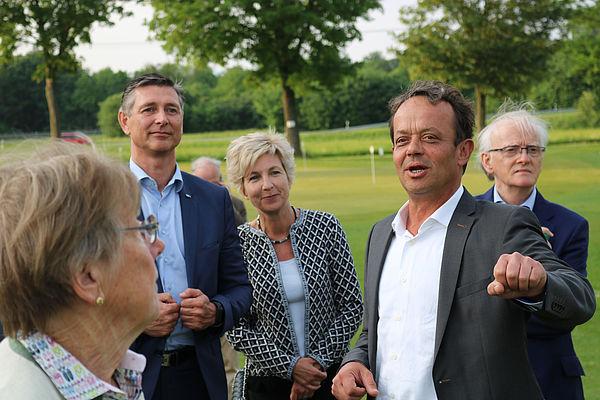 Foto (Universität Paderborn, Alexandra Dickhoff): Helmut Böhmer, Geschäftsführer des Haxterparks, führte die Mitglieder der Universitätsgesellschaft über das Parkgelände und zeigte ihnen unter anderem den Golfplatz.
