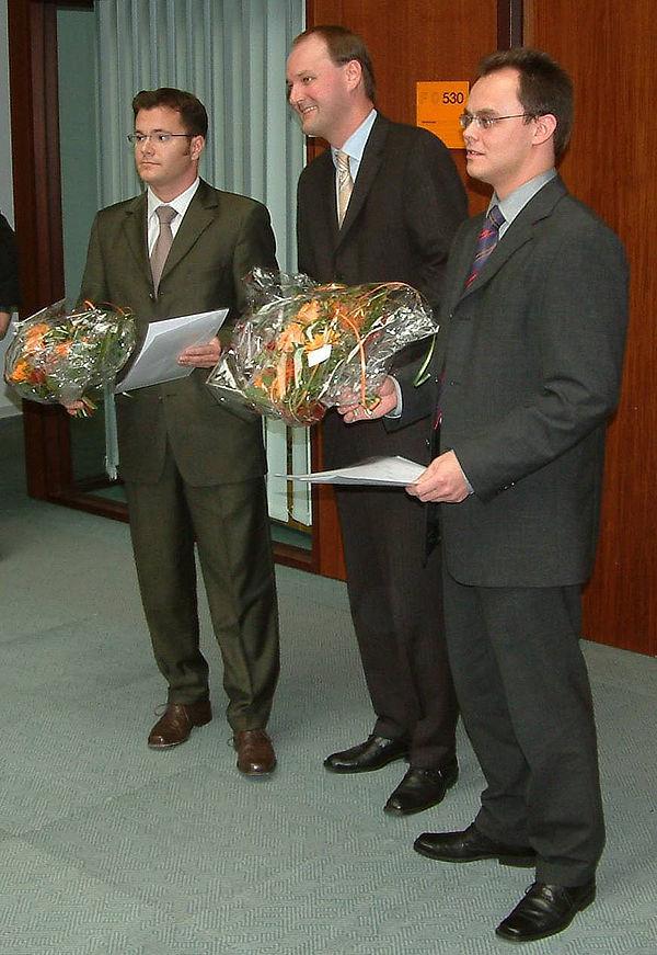 Foto: Auch in diesem Jahr wurde der Miele-Preis an Absolventen der Fakultät für Maschinenbau der Universität Paderborn mit dem besten Notendurchschnitt und kurzen Studienzeiten vergeben. Im Rahmen der Absolventenfeier im Heinz Nixdorf Institut überrei