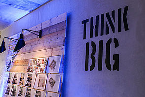 """Foto (Universität Paderborn, Johannes Pauly): Groß denken: Das Netzwerktreffen der Universitätsgesellschaft findet dieses Mal in der """"Garage 33"""", einem kreativen Ort für Start-Ups und Ausgründer, statt."""