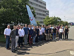 Foto (Universität Paderborn): Winfo-Exkursion 2017 nach Hannover: Studierende und Professoren des Departments Wirtschaftsinformatik bei TUIfly.