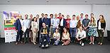 Foto (Volksbank Paderborn-Höxter-Detmold): Die Juroren, die vier Gewinnerteams und die Finalisten des diesjährigen Call for Ideas freuen sich über die gelungene Veranstaltung.