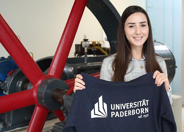 Foto (Universität Paderborn, Vanessa Dreibrodt): Mit ihr sind es erstmals über 20.000 Studierende: Gamze Pehlivan, Maschinenbaustudentin an der Universität Paderborn.