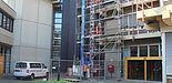 Foto (Universität Paderborn, Ricarda Michels): Die Sanierung der sanitären Anlagen wurde bereits vorbereitet: das Gerüst am H-Gebäude steht.