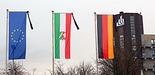 Foto (Universität Paderborn, Vanessa Dreibrodt): Trauerbeflaggung auf dem Campus der Universität Paderborn.