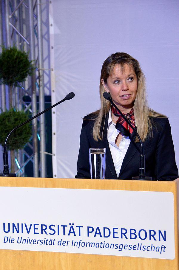 """Foto (Universität Paderborn): Prof. Dr. Petra Oesterwinter hielt den traditionellen """"Alumnus-Festvortrag"""" am Tag der Wirtschaftswissenschaften 2011."""