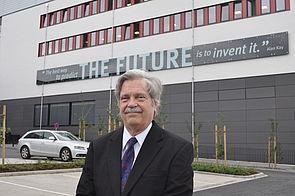"""Foto (Universität Paderborn, Mark Heinemann): Dr. Alan Kay prägte die Aussage """"The best way to predict the future is to invent it""""."""