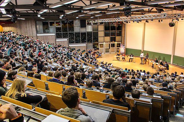 Foto (Universität Paderborn, Johannes Pauly): Der Allgemeine Studierendenausschuss und die Debating Society Paderborn laden zur politischen Debatte ins Audimax der Universität – die Resonanz bei den Studierenden ist groß.