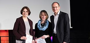 Foto (Costa Belibasakis/TH Köln): Prof. Dr. Niclas Schaper und die beiden Preisträgerinnen.