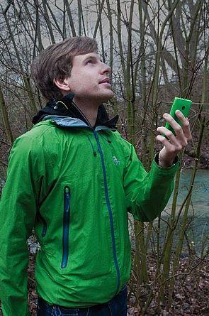 Abbildung: Philipp Scholle arbeitet mit daran, dass Handys zukünftig helfen können, sich bei Unwetter richtig und sicher zu verhalten.