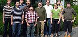 Foto: Christian Binder, Technologieberater der Microsoft Deutschland GmbH (4.v.l.), Mathias Raacke, Senior Student Partner im Microsoft Student Program (6.v.l.) und Stefan Sauer, Geschäftsführer des s-lab (2.vl.), freuen sich mit den s-lab-Mitarbeiterin
