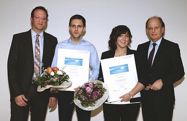 Foto (Volksbank): Die Preisträger Linda Paschen (2.v.r.) und Jonas Biskamp (2.v.l.) mit Prof. Dr. Claus Reinsberger von der Universität Paderborn (links) und Dr. Friedrich Keine, Vorstand der Volksbank Paderborn-Höxter-Detmold (rechts).