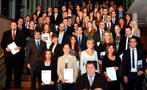 Foto (Universität Paderborn): Gruppe 1 der Absolventinnen und Absolventen am Tag der Wirtschaftswissenschaften 2011.