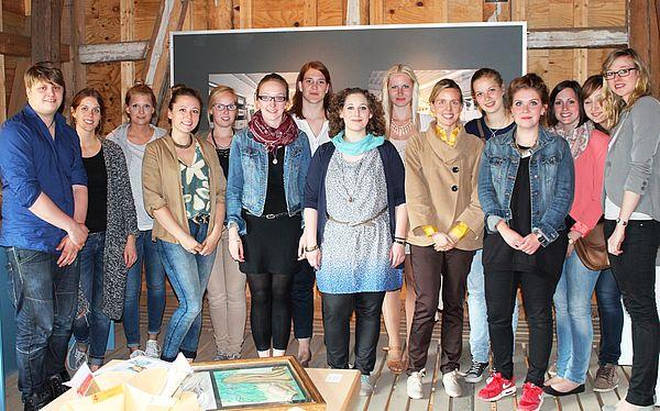 Abbildung: Studierende und Leitung des Seminars Museumskoffer für das UNESCO-Welterbe Fagus-Werk