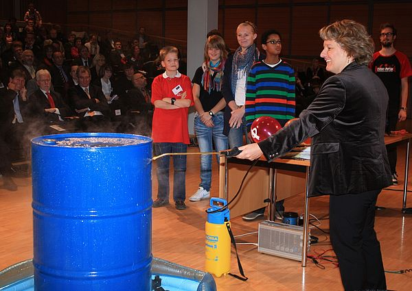 Foto (Referat Presse und Kommunikation, Universität Paderborn, Frauke Döll): Hier lässt die Wissenschaftsministerin eine Tonne implodieren.